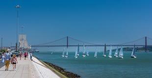 Regatta ναυσιπλοΐας στο Tajo ποταμό με το DOS Descobrimentos Padrao στο υπόβαθρο, Λισσαβώνα, Πορτογαλία στοκ εικόνα με δικαίωμα ελεύθερης χρήσης