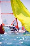το μπλε σκοτάδι χρώματος αθλητικός νικητής ουρανού πανιών regatta ο πλέοντας Στοκ εικόνες με δικαίωμα ελεύθερης χρήσης