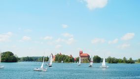 Regatta auf dem See nahe Trakai-Schloss, am 18. Juni 2016 in Trakai, Litauen stock footage
