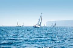 Regatta de voile de bateaux avec des bateaux à voiles dans méditerranéen images stock