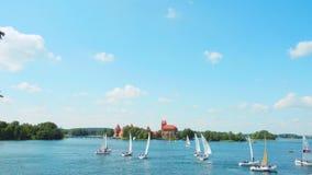 Regatta op het meer dichtbij Trakai-Kasteel, 18 JUNI, 2016 in Trakai, Litouwen stock footage
