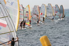 regattastarten vindsurfar Arkivfoto