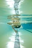 Regazos de la natación de la mujer foto de archivo libre de regalías