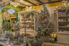 Regeer van Santa Claus is een winkel met Kerstmisvoorwerpen en decoratie stock foto