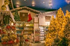Regeer van Santa Claus: mooie Kerstmiswinkel met ballen, boom en decoratie stock foto's