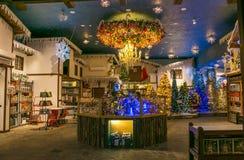Regeer van Santa Claus-winkel met Kerstmisartikelen royalty-vrije stock afbeelding
