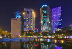 Regel me linh en gebouwen rond bij nacht in Ho-Chi-Minh-Stad Stock Foto
