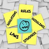 Regel-Regelungs-Gesetzesstandard-klebrige Anmerkungen betontes Gesicht Lizenzfreie Stockfotos