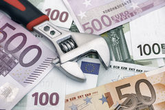 Regelbare moersleutel op euro bankbiljetten Royalty-vrije Stock Foto