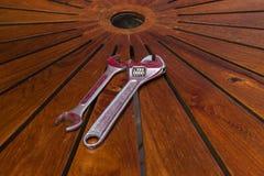 Regelbare moersleutel op houten lijst stock foto's
