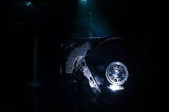 Regelbare moersleuteldraai van een harde schijf Op een donkere achtergrond De reparatieconcept van de computer royalty-vrije stock afbeeldingen