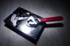 Regelbare moersleuteldraai van een harde schijf Op een donkere achtergrond De reparatieconcept van de computer Royalty-vrije Stock Fotografie