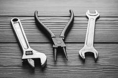 Regelbare moersleutels, moersleutels op houten textuur Stock Foto