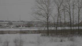 Regeling dichtbij spoorweg, mening van treinvenster stock videobeelden