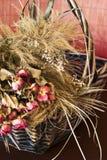 Regeling van droge rozen in een mand royalty-vrije stock afbeeldingen