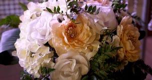 Regeling van een boeket van kunstbloemen in een close-up -4K van de huwelijksceremonie stock video