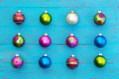 Regeling van kleurrijke Kerstmisballen op blauw Royalty-vrije Stock Foto's