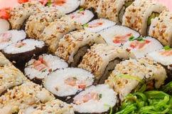 Regeling van verschillende sushi met een kant van zeewiersalade Stock Foto