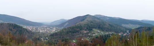 Regelingen in de valleien van de Karpatische Bergen stock afbeeldingen