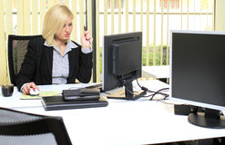 Regelmäßige Büroszene stockfoto