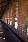 Regelmatige patroonbakstenen muur met vensters Stock Afbeelding