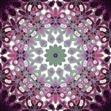 Regelmatige ronde bloemenornament purpere violette, witte groen Stock Fotografie