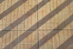 Regelmatige schaduwen in een zonnige vloer Stock Afbeeldingen