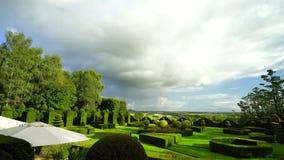 Regelmatige tuin in weinig Frans kasteel, zonsondergangtijd stock video