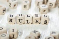 Regeln fassen geschrieben auf hölzernen Block ab Stockfoto