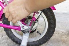 Regelndes rosa Fahrrad Stockbilder