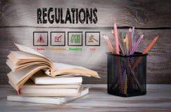 regelungen Stapel Bücher und Bleistifte auf dem Holztisch Lizenzfreie Stockfotografie