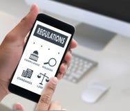 REGELUNGEN und BEFOLGUNG Regel-Gesetzesfachleutegeschäftsmann w Lizenzfreie Stockfotos