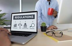REGELUNGEN und BEFOLGUNG Regel-Gesetzesfachleutegeschäftsmann w Stockbilder