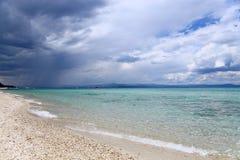 Regen über dem Meer Stockfotos