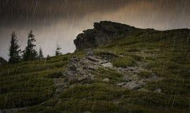 Regen über Felsen am Berg Stockbild
