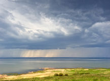 Regen über See Stockfotos