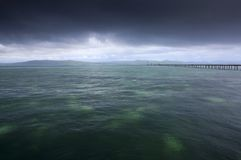 Regen über tropischem Ozean Stockfotografie