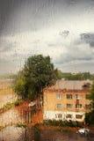 Regen außerhalb des Fensters stockbild