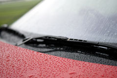 Regen auf Auto-Windfang. Stockfoto