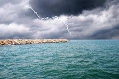 Regen auf dem Meer Stockfotos