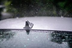 Regen auf einem Autofenster stockfotos