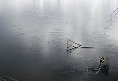 Regen auf einem See Graues waterscape lizenzfreie stockfotos