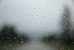 Regen auf einer Autowindschutzscheibe stockbild
