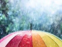 Regen auf Regenbogen-Regenschirm stockbild