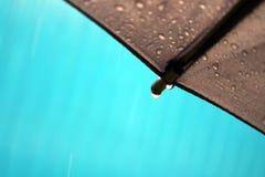 Regen auf schwarzem Regenschirm mit Tröpfchen auf Rand des Rahmens lizenzfreie stockbilder