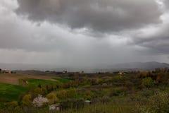 Regen auf Toskana-Landschaft stockbild