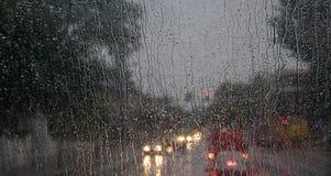 Regen auf vorderem Fenster des Busses Lizenzfreie Stockfotos