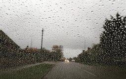 Regen auf Windfang stockfotos