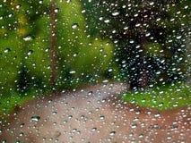 Regen auf Windschutzscheibe auf Bergstraße Stockfotos