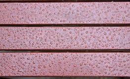 Regen bedeckte hölzerne Schienen Lizenzfreie Stockbilder